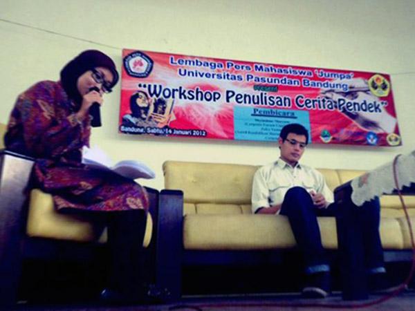 Moderator Workshop Cerpen (kiri) ketika memulai acara sesi pertama. Pemateri pertama, Zaky Yamani dari Pikiran Rakyat (kanan) duduk. Agung Gunawan Sutrisna/JUMPAONLINE