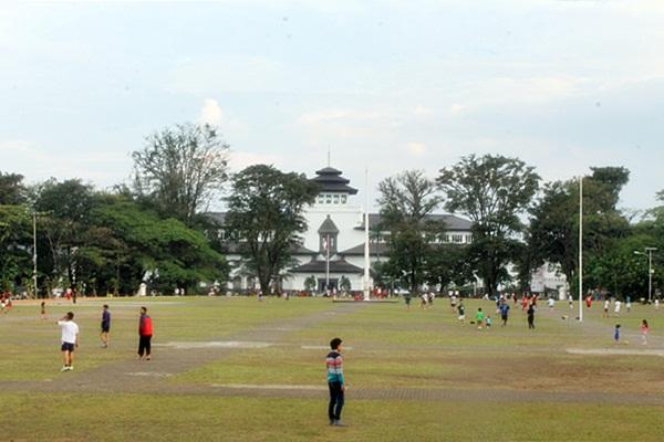 Lapangan Gasibu Bandung menjadi pilihan warga Bandung untuk mengisi akhir pekan. (Nabila Ghina Fadhila/JUMPAONLINE)