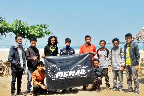 Anggota PIGMAD berfoto bersama di depan Pantai Sawarna, Bayah, Banten. Dok. PIGMAD