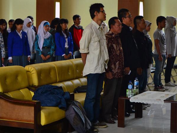 Tamu Undangan dan Peserta Workshop Cerpen menyanyikan Indonesia Raya ketika acara dimulai. Agung Gunawan Sutrisna/JUMPAONLINE