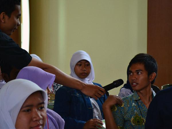 Peserta Workshop Cerpen mengajukan pertanyaan saat sesi tanya jawab dibuka. Agung Gunawan Sutrisna/JUMPAONLINE