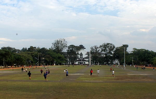Belasan warga lainnya bermain sepakbola di tengah lapangan Gasibu. (Nabila Ghina Fadhila/JUMPAONLINE)
