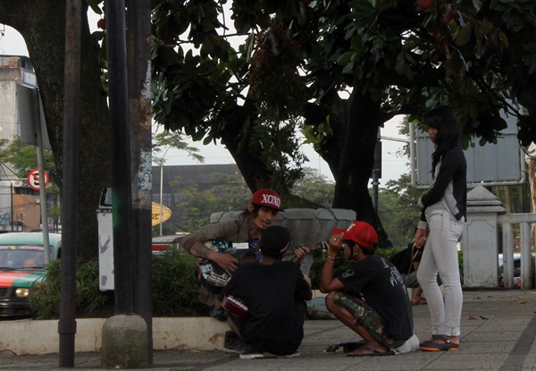 Beberapa komunitas Punk bermain musik di pelataran lapangan Gasibu Bandung. (Nabila Ghina Fadhila/JUMPAONLINE)