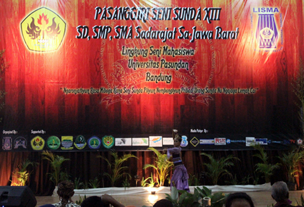 Salah satu peserta Pasanggiri Seni Sunda XIII sedang menampilkan tariannya. (Muhammad Taruna Prima Rahardi/JUMPAONLINE)