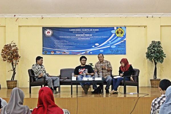 Diskusi Publik Pentingnya Pendidikan Politik Bagi Pemilih Pemila dengan pemateri Akhmad Rozikin (Kiri), Irhamna (kedua dari kiri), Mulyadi (Kedua dari kanan). (Rizza Ikhsan Rahadian/JUMPAONLINE)