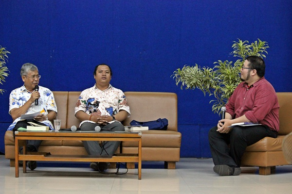 Rektor Unpar, Robertus Triweko (kiri) memberi tanggapan mengenai penulis-penulis yang ada dalam buku Surat dari & untuk Pemimpin. (Muhammad Dhani Winharso/JUMPAONLINE)