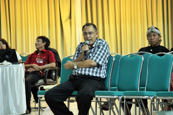 Salah satu peserta dari Bogor memberi tanggapan mengenai pembahasan yang ada di buku Surat dari & untuk Pemimpin. (Muhammad Dhani Winharso/JUMPAONLINE)