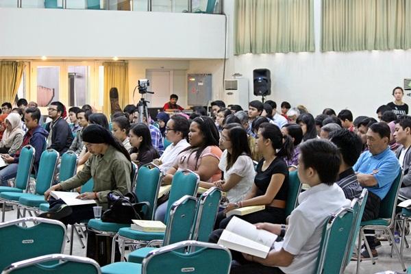 6.Peserta yang hadir di acara bedah buku tersebut dari berbagai kalangan, mulai dari pelajar SMA, mahasiswa, hingga masyarakat umum. (Muhammad Dhani Winharso/JUMPAONLINE)