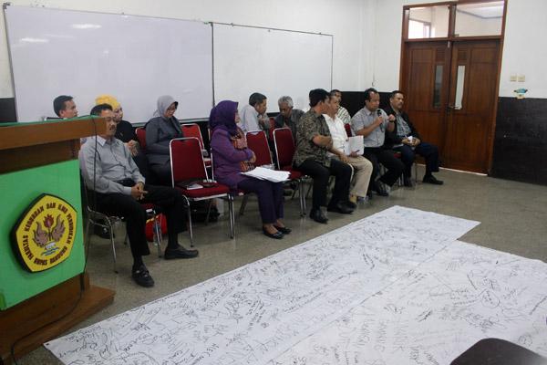 Pihak FKIP Unpas sedang melakukan dialog bersama mahasiswa di gedung FKIP pada Kamis, 19 Juni 2014. (Nabila Ghina Fadhila/JUMPAONLINE)
