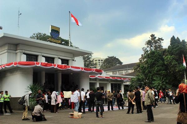 Puluhan orangtua siswa SMA menggelar aksi demonstrasi di depan gedung Balai Kota Bandung pada Jumat, 14 Agustus 2014 pukul dua siang. Mereka menuntut janji pemerintah Kota Bandung untuk membebaskan biaya Dana Sumbangan Pembangunan (DSP) dan Sumbangan Pembinaan Pendidikan (SPP) bagi siswa SMA di Kota Bandung.