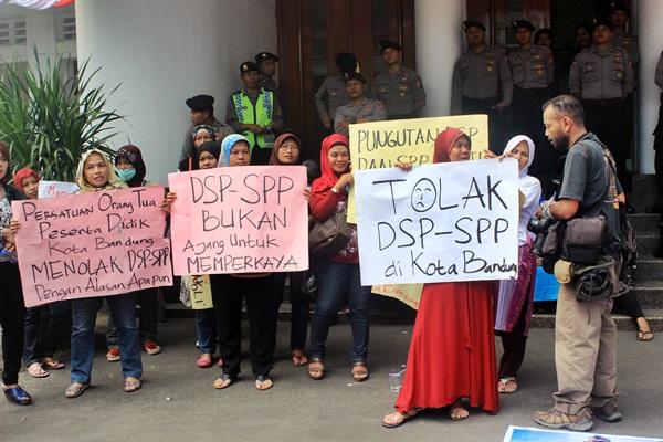 Dalam aksi tersebut para demonstran menuntut untuk membebaskan bviaya DSP dan SPP bagi siswa SMA di Kota Bandung. (Sudury Septa Mardiah/JUMPAONLINE)