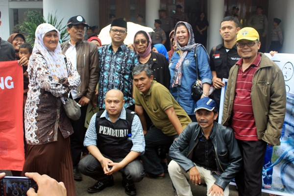 Setelah mencapai kesepakatan para demonstran meminta foto bersama dengan Elih. (Sudury Septa Mardiah/JUMPAONLINE)