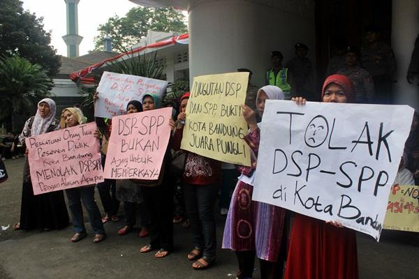 Sejumlah orangtua siswa SMA menggelar aksi demo menuntut pembebasan biaya DSP dan SPP di Balai Kota Bandung pada Jumat, 14 Agustus 2014. (Sudury Septa Mardiah/JUMPAONLINE)