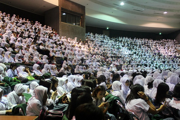 Suasana di dalam auditorium Sabuga Senin, 1 September 2014. 4864 mahasiswa baru hadir dalam OPMB di hari pertama. (Nabila Ghina Fadhila/JUMPAONLINE)