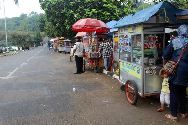 Beberapa pedagang yang berdagang di sekitar gedung Sabuga saat pelaksanaan OPMB. (Elia Nurindah Sari/JUMPAONLINE)