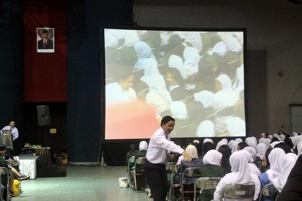 Rhamdani, pembicara dalam ESQ yang diadakan oleh Unpas saat pelaksanaan OPMB. (Sudury Septa Mardiah/JUMPAONLINE)