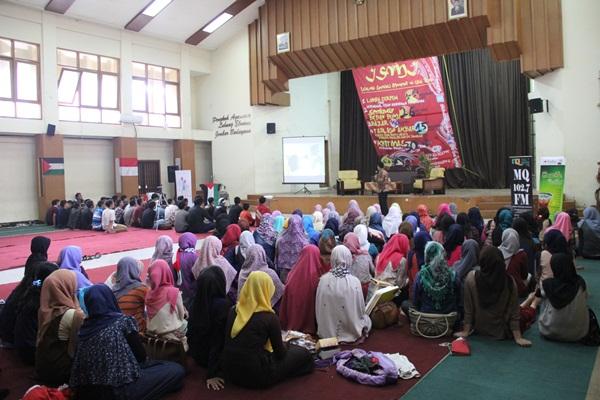 Acara Tabligh Akbar yang bertemakan Bukti Cinta untuk Palestina berlangsung di Aula Unpas Tamansari.  (Rezky Nadya Geovani/JUMPAONLINE)