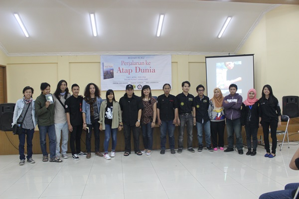 Persma Bandung yang berasal dari Daun Jati, BPPM, LPM Suaka dan Surya Pers, hadir sebagai tamu undangan bedah buku. (Angky Andrian/JUMPAONLINE)