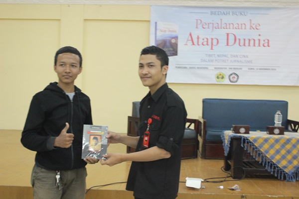 Salah satu peserta bedah buku yang mendapatkan hadiah doorprize sebagai peserta pemenang undian tiket yang diberikan oleh Muhammad Dhani Winharso. (Angky Andrian/JUMPAONLINE)
