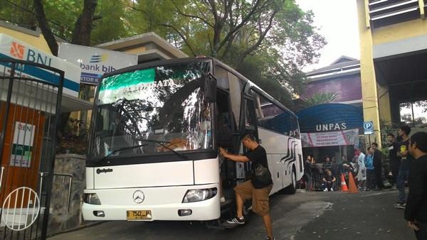 Persiapan keberangkatan bis pertama Viking Unpas menuju Palembang. (Egi Budiana/JUMPAONLINE)