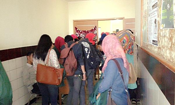 Suasana regristasi kuliah umum jurusan Administrasi Negara pada Selasa, 18 November 2014. (JUMPAONLINE)