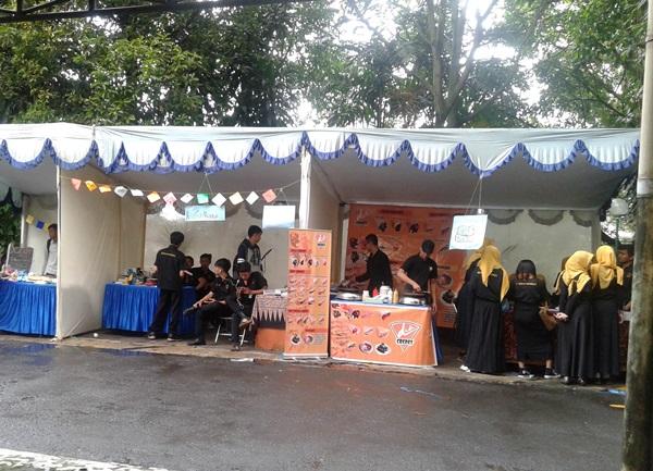 Bazar merupakan salah satu rangkaian kegiatan yang diadakan dalam Mathematics Education Fair oleh Himatika (Witny Alya Manjari/JUMPAONLINE)