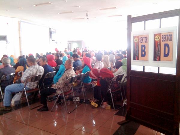 Ratusan orangtua atau wali yang tidak dapat memasuki Auditorium Sabuga terpaksa duduk di luar Auditorium. (Sudury Septa Mardiah/JUMPAONLINE)