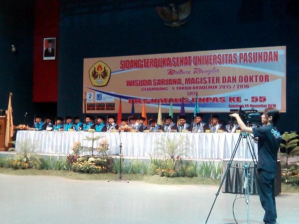 Ketua Paguyuban Pasundan, Rektor Unpas, dll saat pelaksanaan sidang senat terbuka. Eddy Jusuf memimpin sidang senat terbuka tersebut. (Sudury Septa Mardiah/JUMPAONLINE)