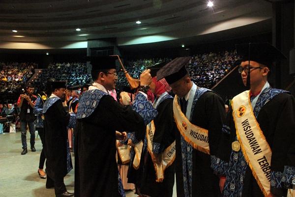 Wisudawan dan wisudawati terbaik dalam program sarjana, magister, dan doktor dilantik secara resmi oleh Rektor Unpas. (Sudury Septa Mardiah/JUMPAONLINE)