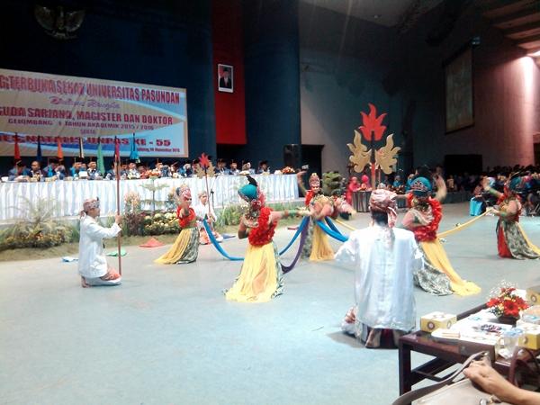 Pertunjukan tari tradisonal oleh mahasiswa dari Lingkung Seni Mahasiswa (Lisma) Unpas. (Sudury Septa Mardiah/JUMPAONLINE)
