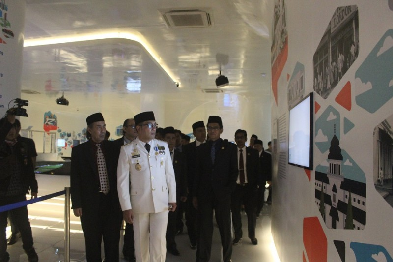 Ridwan Kamil bersama anggota DPRD Kota Bandung berkeliling di gedung Bandung Planning Gallery. (Gita Gisela/JUMPAONLINE)