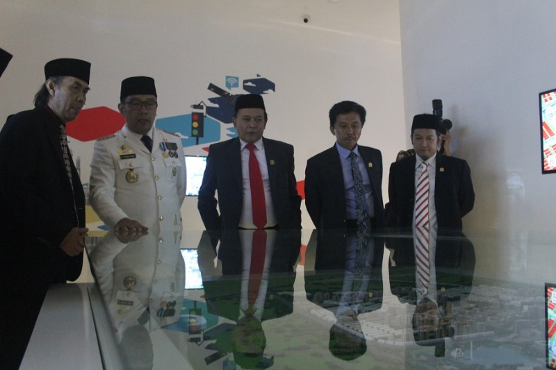 Ridwan Kamil saat mengenalkan miniature Kota Bandung kepada anggota DPRD Kota Bandung. (Gita Gisela/JUMPAONLINE)